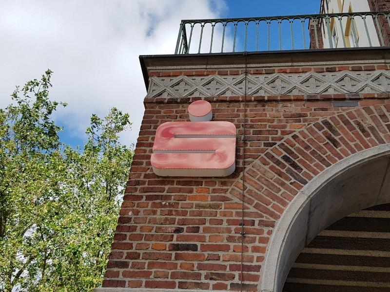 Das Foto zeigt das Sparkassen-Emblem, angebracht an einem Gebäude.
