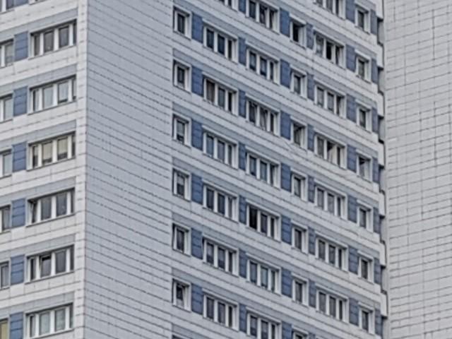 Das Foto zeigt die Fassade eines Hochhauses.