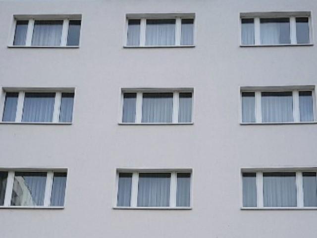 Das Foto zeigt die Fassade eines Gebäudes mit mehreren Fenstern.