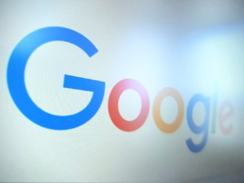 Das Foto zeigt den von einem Monitor abfotografieren Schriftzug Google.