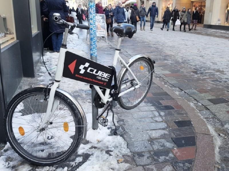 Das Foto zeigt ein Fahrrad mit daran angebrachter Werbung.