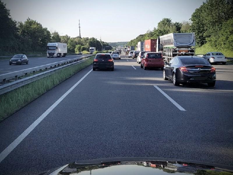 Das Foto zeigt den Blick auf eine Straße mit fahrenden Autos.