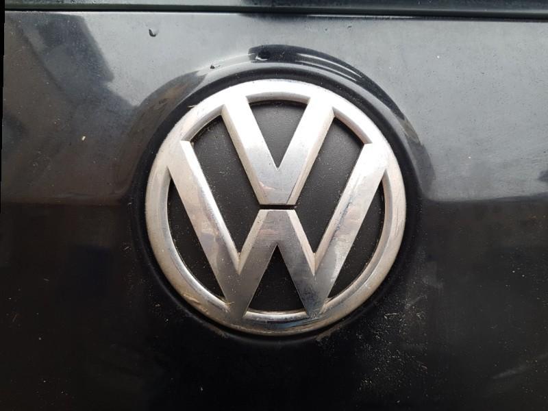Das Foto zeigt das VW Embleme des Fahrzeugherstellers Volkswagen.