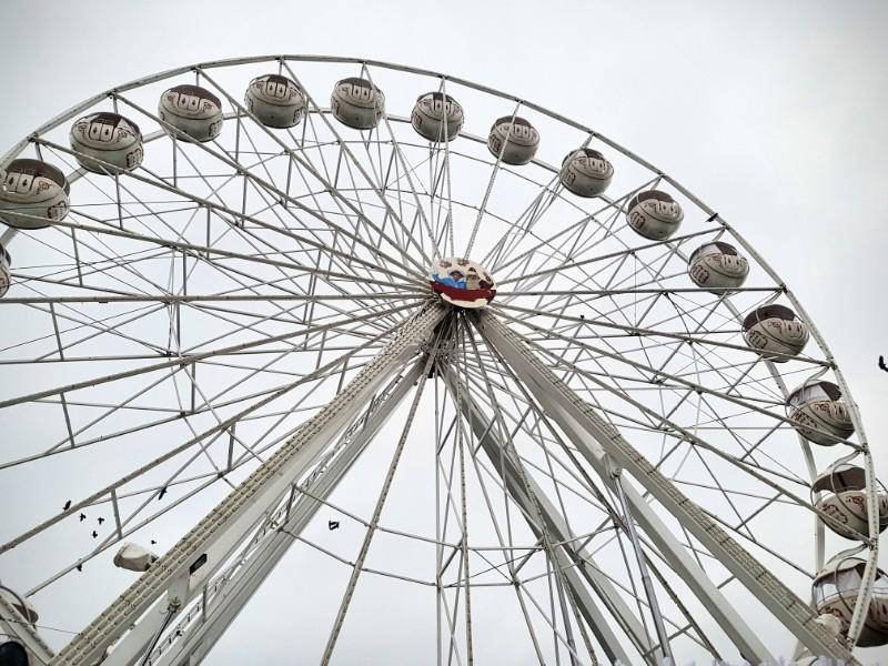 Das Bild zeigt ein Riesenrad, von unten fotografiert.