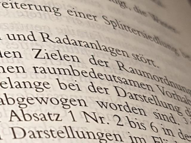 Das Foto zeigt den Blick in ein aufgeschlagenes Gesetzbuch, es ist nicht genau zu erkennen, welche Paragraphen dort abgebildet sind. Zu sehen ist das Wort Radaranlagen.