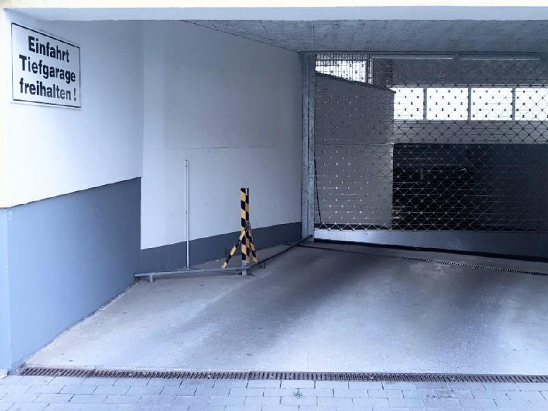 Das Foto zeigt den Zufahrtsbereich zu einer Tiefgarage.