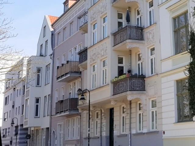 Das Foto zeigt eine Gebäudefront mit einigen Balkonen.