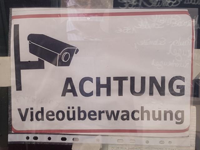 Das Foto zeigt ein Hinweisschild mit der Aufschrift Achtung Videoüberwachung.