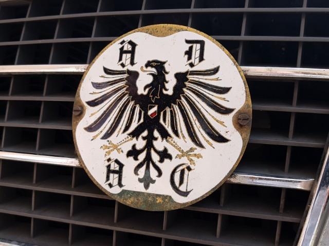 Das Foto zeigt ein an einem Fahrzeug angebrachtes Wappen.