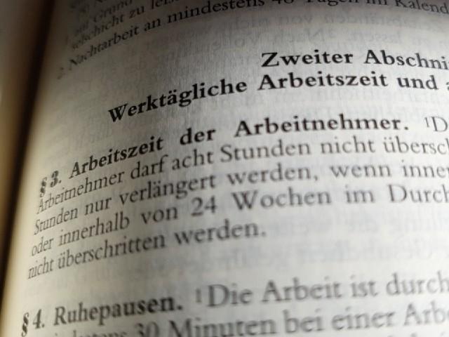Das Foto zeigt den Blick in ein aufgeschlagenes Gesetzbuch, Paragraph 3 Arbeitszeit der Arbeitnehmer.