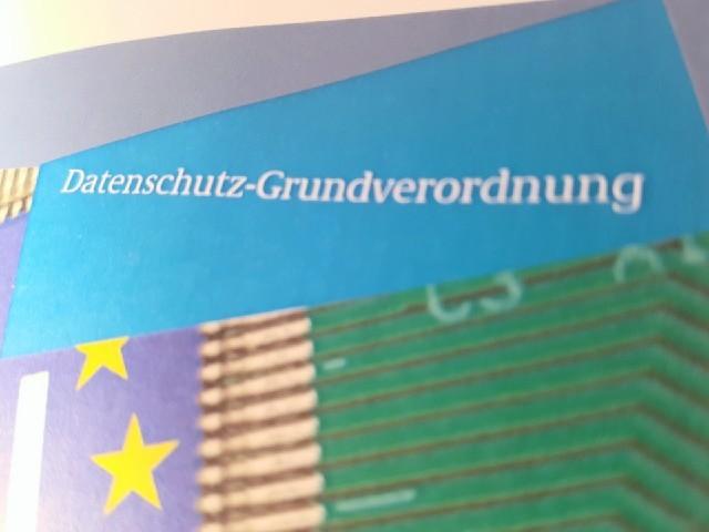 Das Foto zeigt das Titelblatt einer Informationsbroschüre über Datenschutz. Diese trägt den Titel Datenschutzgrundverordnung.