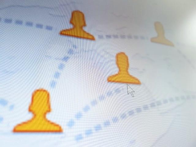 Das Foto zeigt, abfotografiert von einem Bildschirm, stilisierte Personen welche mit Linien miteinander verbunden sind.