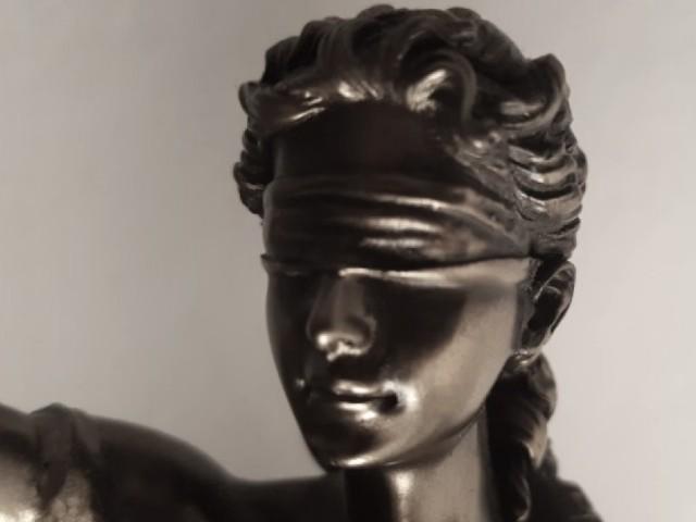 Das Foto zeigt den Kopf wo der Justitia, sind Bild von Recht und Gerechtigkeit. Sie hat die Augen verbunden, damit sie unabhängig davon entscheiden kann, wer vor ihr steht. Die verbunden Augen symbolisieren die Gleichheit des Rechts gegenüber jedermann.