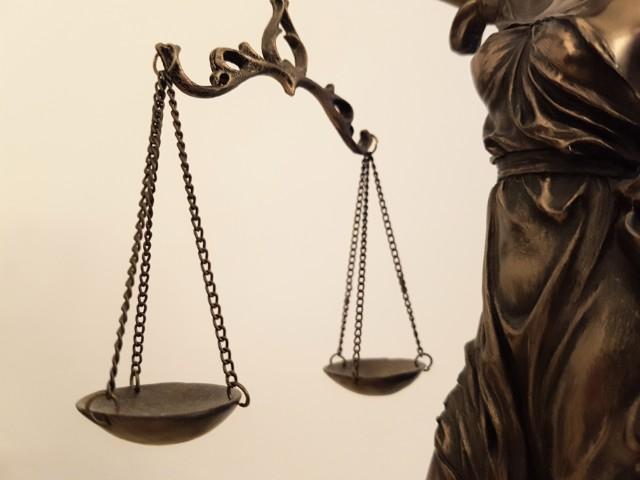 Auf dem Foto ist die Waage der Justitia, sind Bilder von Recht und Gerechtigkeit, zu sehen.
