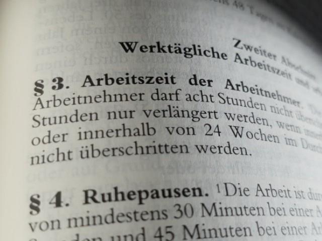 """Zu sehen ist ein Blick in das Gesetzbuch, """"§ 3 Arbeitszeit der Arbeitnehmer"""" und """"§ 4 Ruhepausen""""."""