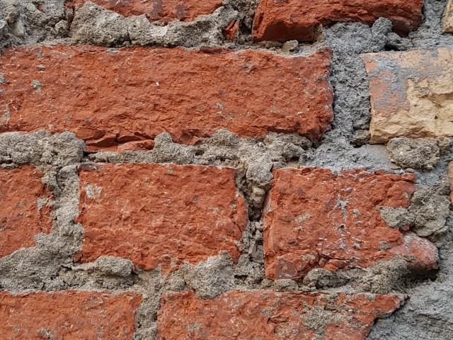 Blick auf den Ausschnitt einer massiven Mauer