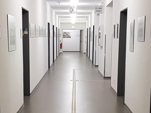Blick in einen Büroflur mit zahlreichen Bürotüren.