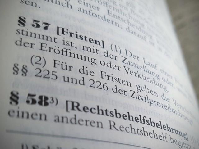 """Das Foto zeigt den Blick in ein Gesetzbuch, zu erkennen ist ein Paragraph 57 """"Fristen""""."""