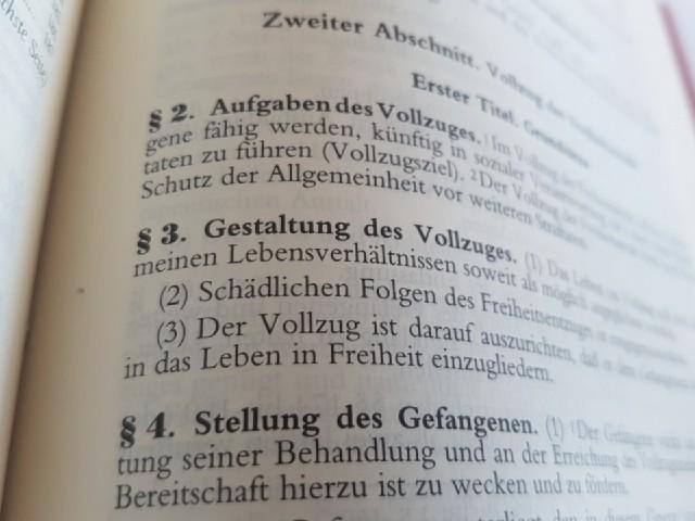 """Das Foto zeigt den Blick in ein Gesetzbuch, zu sehen ist """"§ 2 Aufgaben des Vollzugs"""" und """"§ 3 Gestaltung des Vollzugs""""."""