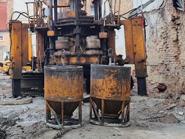 Das Foto zeigt eine Baustelle mit Baugeräten.
