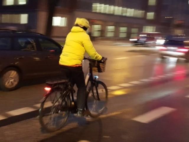 Ein fahrender Radfahrer im Straßenverkehr.